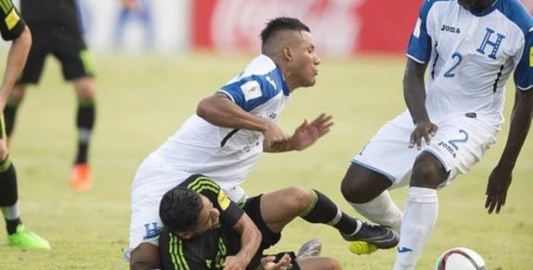 Un jugador de Honduras sufrió una gravísima lesión en la rodilla | El Diario 24