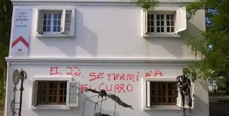 Un espacio de la memoria fue pintado con una frase que alude a Macri   El Diario 24
