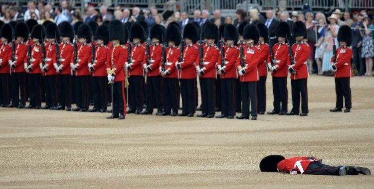 Un guardia inglés quedó tirado en el suelo durante los festejos de la reina   El Diario 24