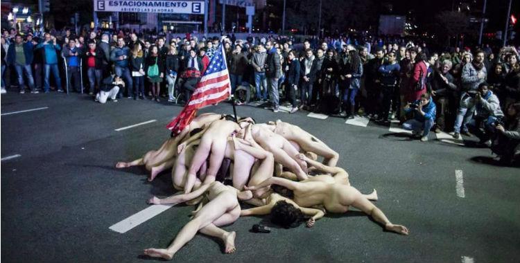 Jóvenes nudistas realizaron una protesta contra el PRO en el Obelisco | El Diario 24