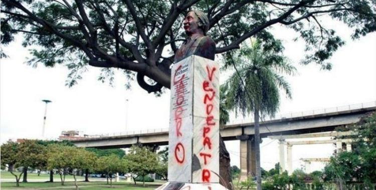Se agranda la grieta: crece el vandalismo sobre monumentos de Néstor Kirchner   El Diario 24