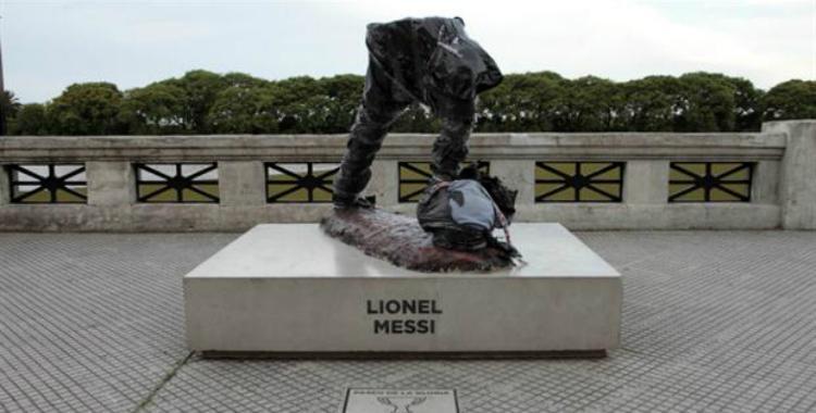 Destruyeron la mitad de la estatua de Lionel Messi en el Paseo de la Gloria | El Diario 24