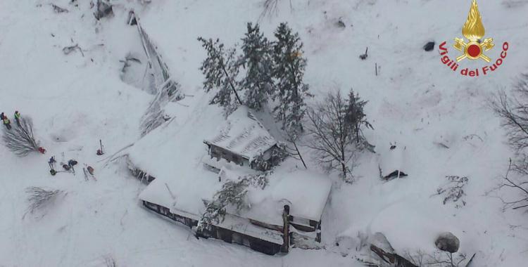 Una avalancha sepultó a un hotel de Italia y ya hay un muerto y 30 desaparecidos   El Diario 24