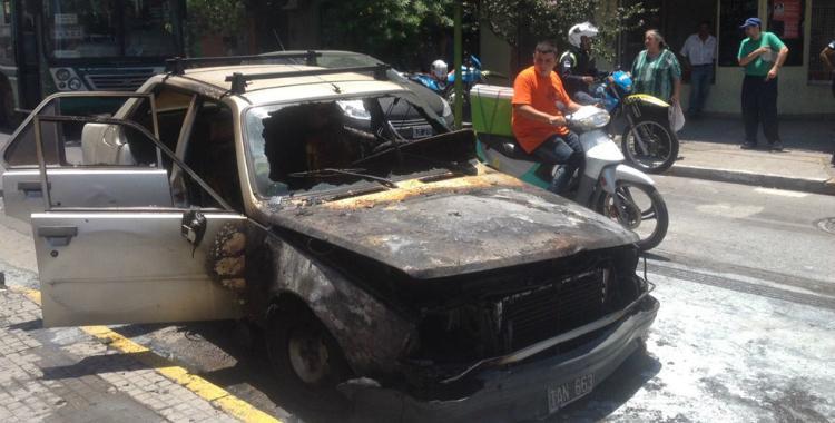 Un auto quedó destruido tras prenderse fuego inesperadamente en Crisóstomo Álvarez al 700   El Diario 24