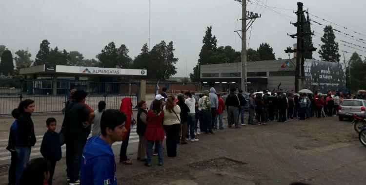 A pesar de la lluvia, personas hacen una larga cola para aprovechar las ofertas en Alpargatas | El Diario 24