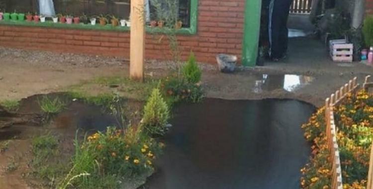 En Comodoro, se rompió un caño y salió petróleo en el patio de una casa | El Diario 24