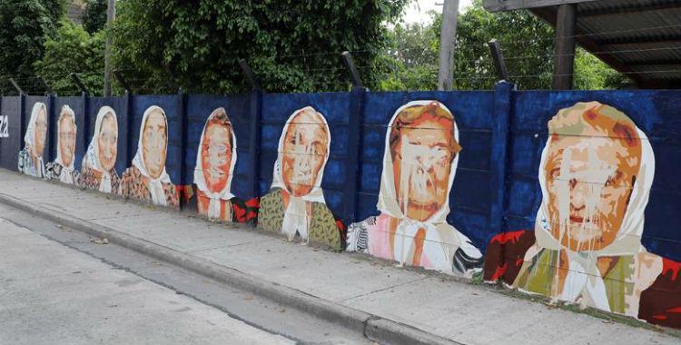 Tapó con pintura un mural de las Madres de Plaza de Mayo y quedó registrado en una cámara   El Diario 24