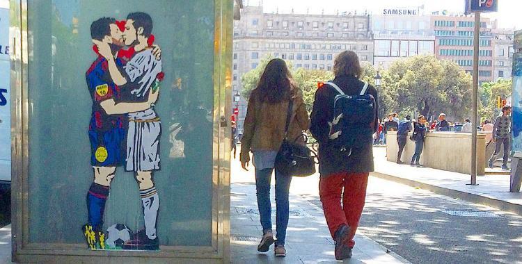 Un artista español enloqueció Barcelona con su beso entre Messi y Ronaldo | El Diario 24