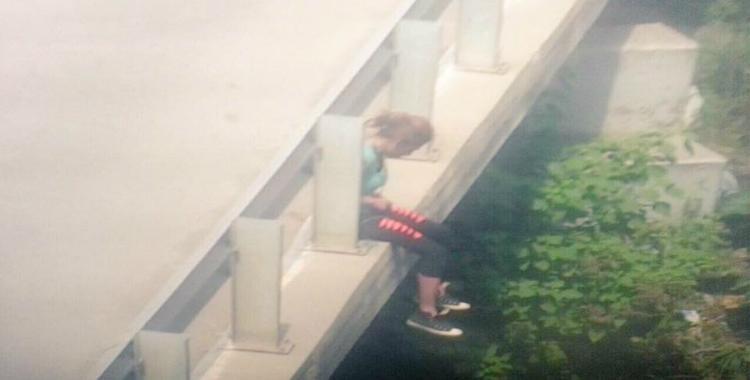 Una joven intentó suicidarse en un puente pero las cámaras la salvaron   El Diario 24