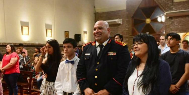 Un chico eligió al bombero que le salvó la vida como padrino de confirmación   El Diario 24