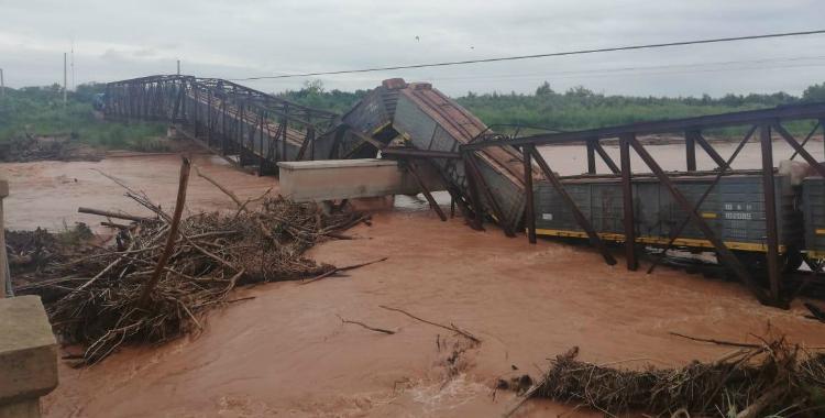 Un puente se derrumbó en Salta mientras pasaba un tren del Belgrano Cargas   El Diario 24