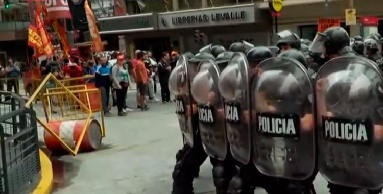 La Policía de la Ciudad se enfrenta a un grupo de manifestantes   El Diario 24