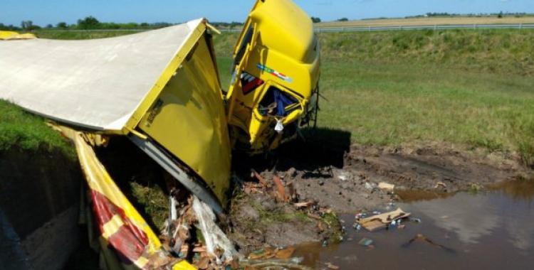 Volcó un camión con cerveza y los vecinos se sumergieron en un arroyo para llevárselas   El Diario 24