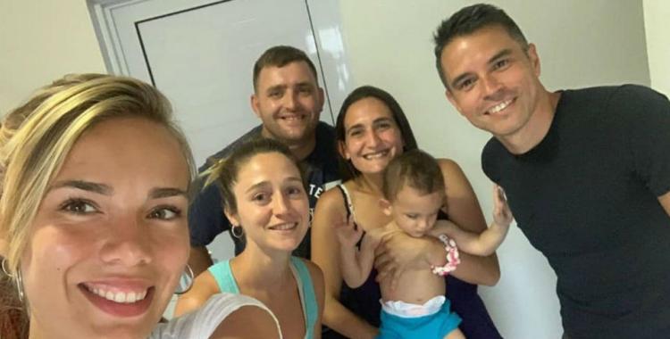 Saviola le pagó el viaje a China a una familia con un bebé que necesita un tratamiento médico | El Diario 24