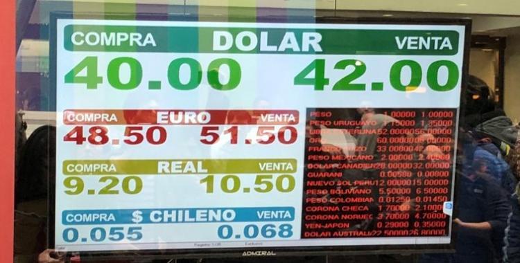 El dólar llegó a $43,50 y marcó un nuevo récord | El Diario 24