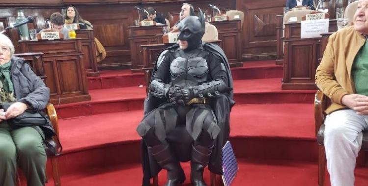 En medio del apagón, distinguieron al Batman solidario en el Concejo de La Plata | El Diario 24