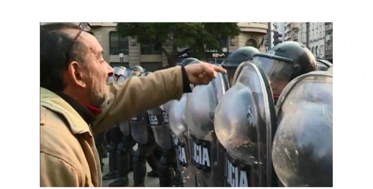 Tensión en el Obelisco: intentan evitar la instalación de una carpa para personas en situación de calle | El Diario 24