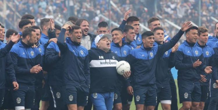 Maradona emocionado al asumir en Gimnasia: Nos vamos a matar corriendo en esta cancha   El Diario 24
