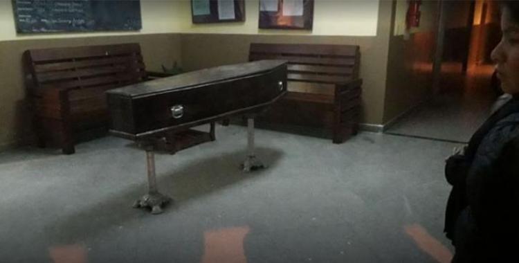 Muere el padre de un preso y le llevaron el cajón a la comisaría para que se despida | El Diario 24