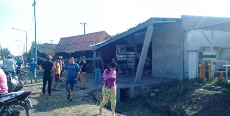 Un camión sin control se incrustó en una casa en Villa Fiad   El Diario 24