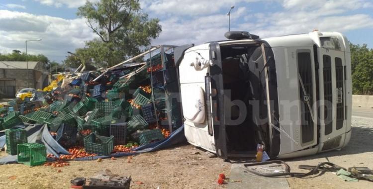 Vuelca un camión con tomates y los vecinos saquean la carga   El Diario 24
