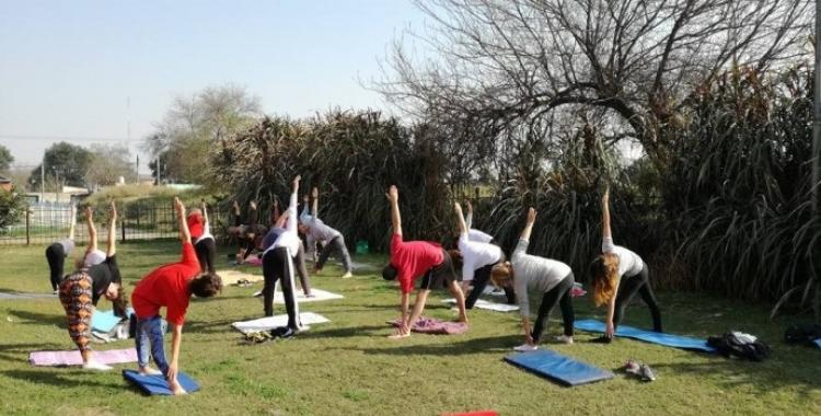 Cómo practicar yoga gratis en espacios públicos de Tucumán | El Diario 24
