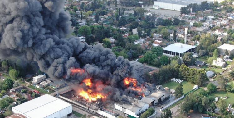 Gigantesco incendio en una fábrica de productos químicos en Benavídez | El Diario 24