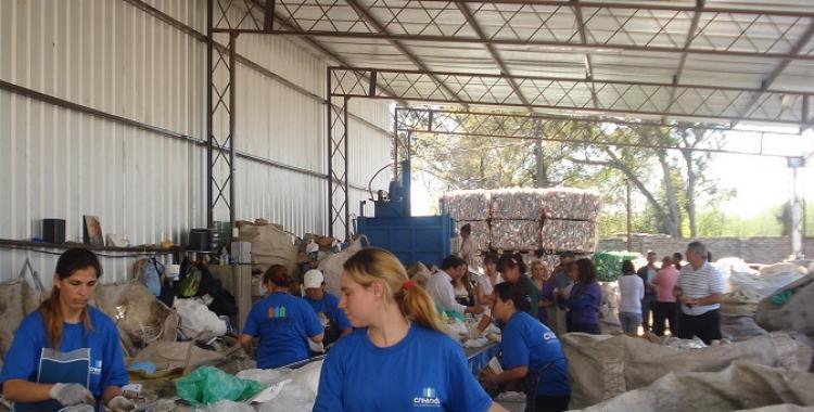 Una cooperativa de recicladores urbanos fabrica útiles escolares con telgopor descartado   El Diario 24