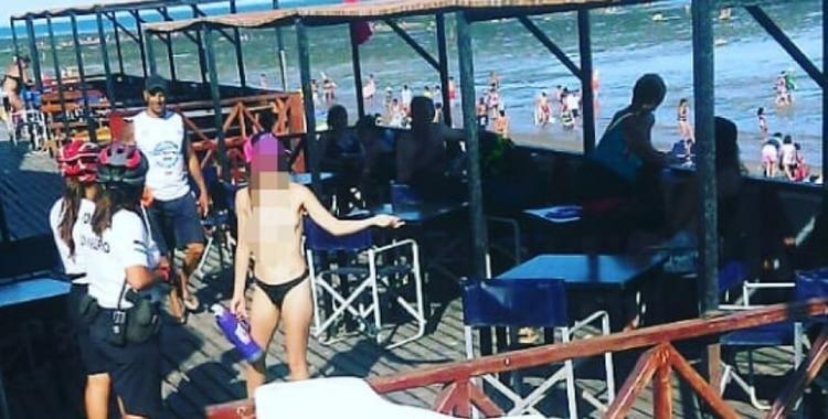 Increíble: Una mujer hizo topless en una playa y los bañistas y la Policía la obligaron a taparse | El Diario 24