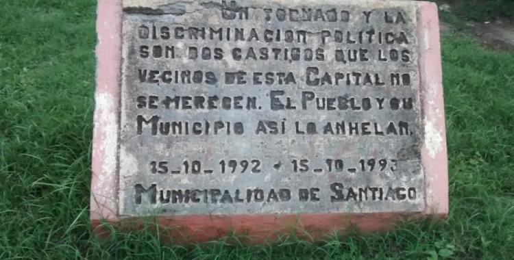 Todos hacen leña del árbol caído, menos los santiagueños que lo hacen monumento | El Diario 24