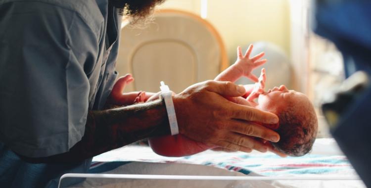 Una buena noticia: embarazada con coronavirus dió a luz a un bebé sano | El Diario 24