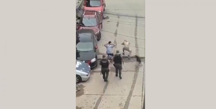 Mirá el video de cómo gendarmes obligan a andar en cuclillas a jóvenes que no cumplían la cuarentena | El Diario 24