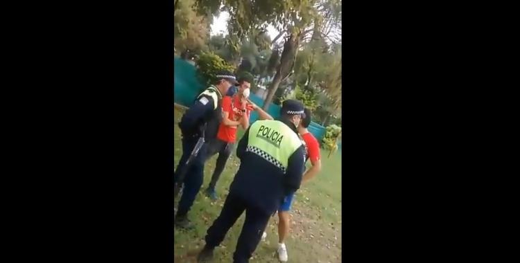 Video: Dos funcionarios públicos violaron la cuarentena para jugar al pádel | El Diario 24