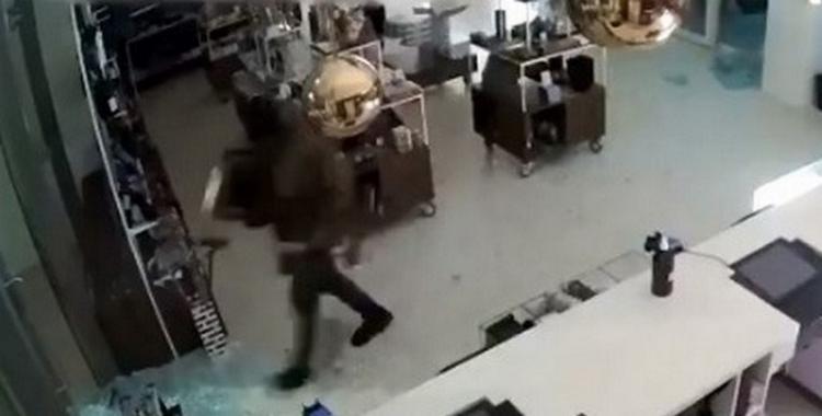 El video que muestra el momento en que un ladrón roba la pintura Lentetuin de Vincent Van Gogh | El Diario 24