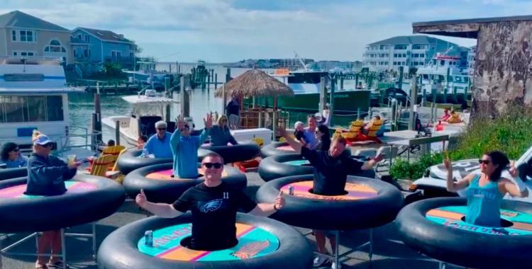 Un restaurante reabrió usando flotadores para mantener la distancia | El Diario 24