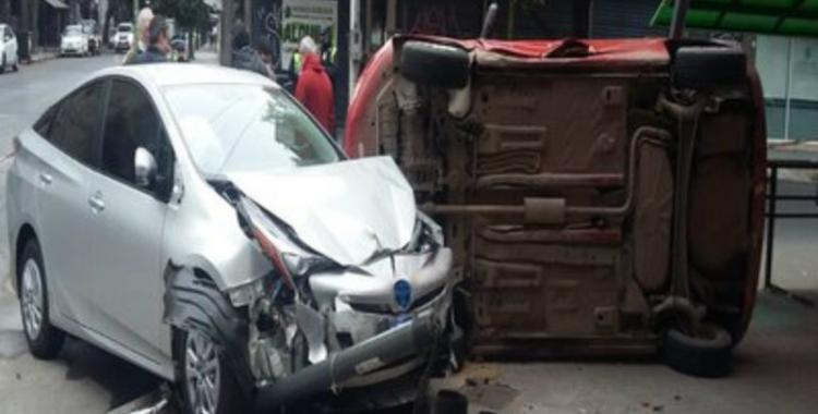 VIDEO: en plena cuarentena, destrozó su auto híbrido en una esquina del centro de San Miguel de Tucumán | El Diario 24