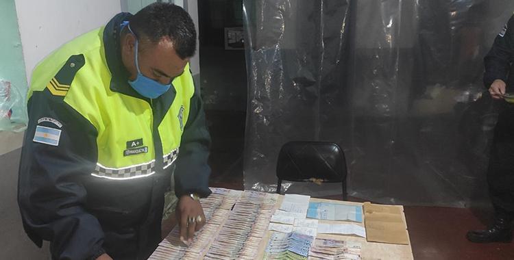 Un policía encontró $30 mil en un cajero y busca al dueño para devolverlos | El Diario 24