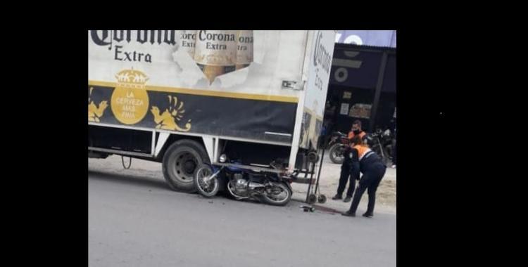 VIDEO: Motociclista murió al estrellarse contra un camión y un hombre se salva de milagro | El Diario 24