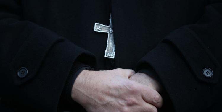 Un cura imputado por abusos sexuales daba misas por Facebook | El Diario 24