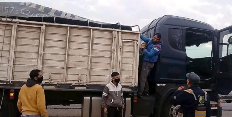 Descubren a dos jóvenes que intentaron ingresar de forma ilegal en el acoplado de un camión   El Diario 24