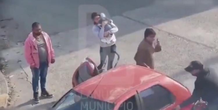 VIDEO Los detienen mientras vendían droga en plena calle: el comprador tenía a su bebé en brazos | El Diario 24