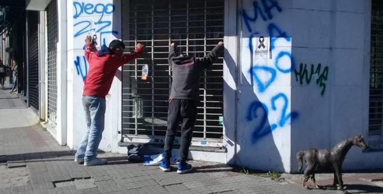VIDEO: Detienen a dos jóvenes que se robaron un estatua de un caballo de una plaza céntrica   El Diario 24