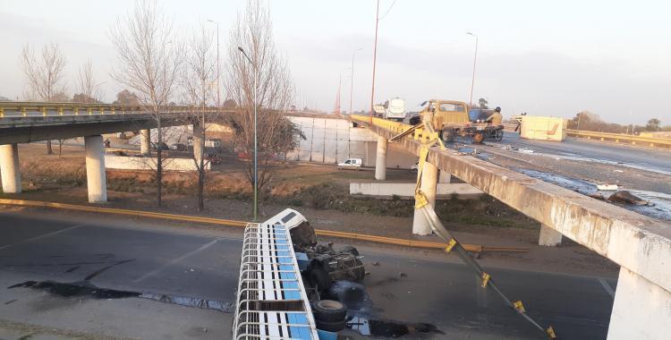 Tras un choque, un camión cayó desde 4 metros de altura por el puente de la avenida circunvalación | El Diario 24