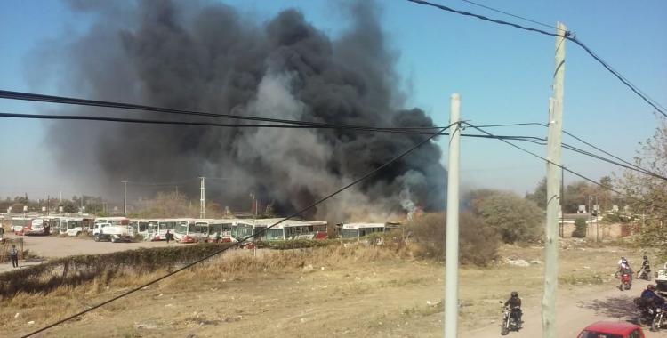 VIDEO: Voraz incendio en el predio que funciona como depósito de colectivos de la empresa Ersa | El Diario 24