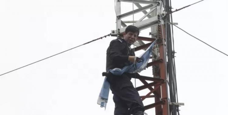 El policía que amenazó con tirarse de una antena perdió un hijo en medio de un asalto | El Diario 24