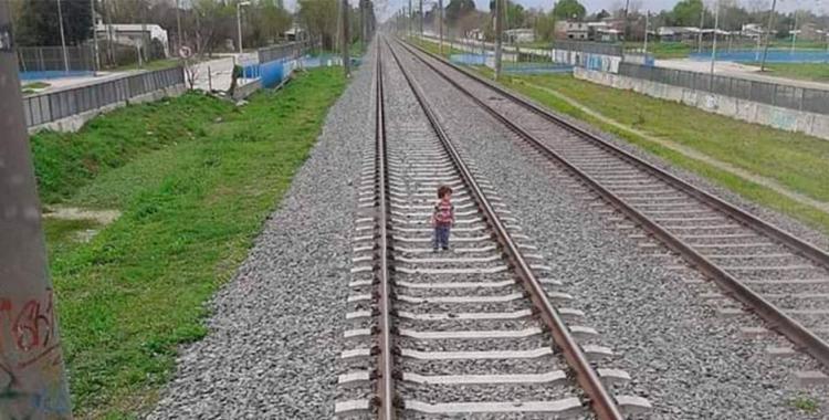 VIDEO: Un niño jugaba en las vías y el maquinista logró frenar el tren para no arrollarlo   El Diario 24