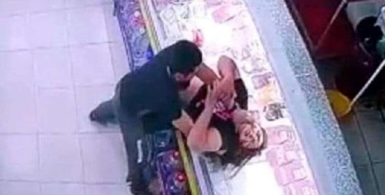 VIDEO: Un repositor golpeó salvajemente a su compañera de trabajo porque no le gustó una canción que puso   El Diario 24