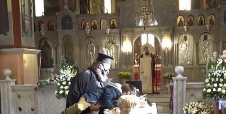 Indignación: un sacerdote obligó a un nene a besar el ataúd de un obispo que murió de coronavirus | El Diario 24