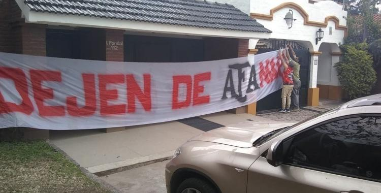 Dejen de AFAnar: hinchas de San Martín de Tucumán protestaron frente a la casa de Guillermo Raed | El Diario 24
