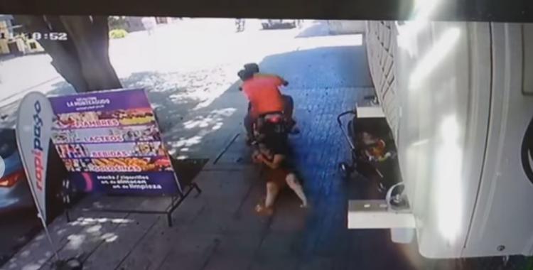 VIDEO: Dos motochorros le arrebataron el bolso a una mujer y quedó registrado | El Diario 24
